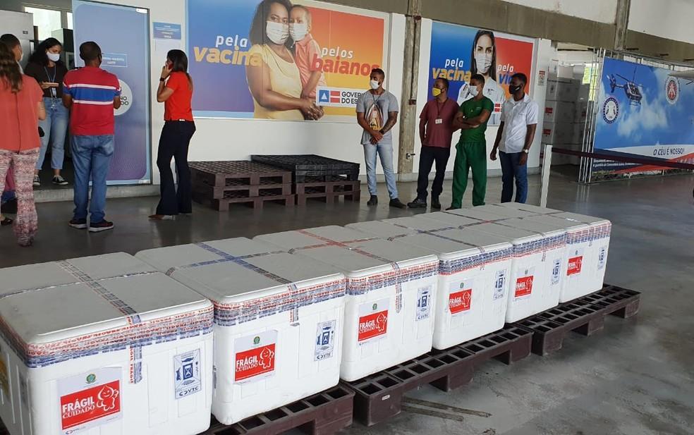 Lote com 129,5 mil doses da vacina chegaram no fim desta manhã — Foto: Júlio César/TV Bahia