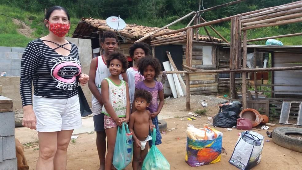 Cruz Vermelha de Nova Friburgo, RJ, já distribuiu 200 cestas básicas para famílias afetadas financeiramente pela pandemia — Foto: Cruz Vermelha de Nova Friburgo