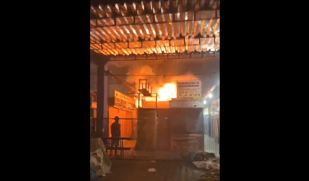 Incêndio ocorreu na noite do domingo (21), no Mercado das Mangueiras — Foto: Reprodução/WhatsApp