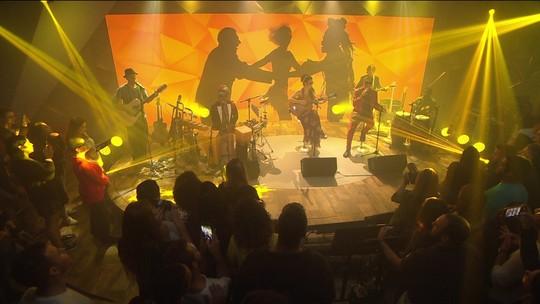 Tribalistas cantam para público pela primeira vez no palco do Fantástico
