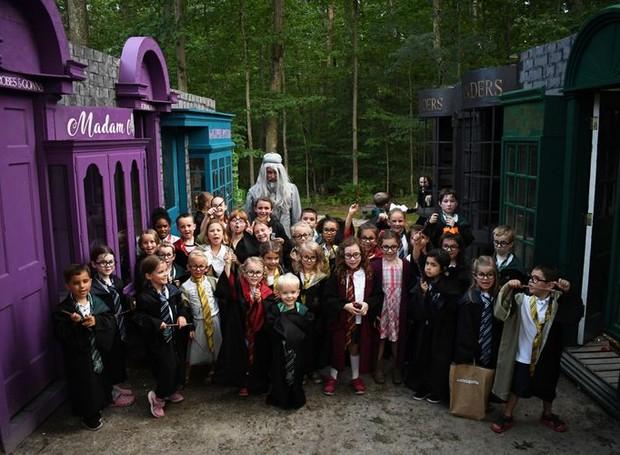 Pequenos magos fizeram a festa no quintal da família Nevitt, que recriou ali o Beco Diagonal da saga Harry Potter (Foto: Bridget Slack/Reprodução)