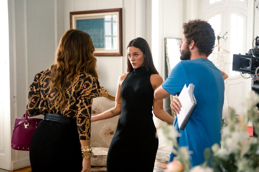 Juliana Paes e Paolla Oliveira ensaiando a cena durante as gravações com o diretor Bruno Martins — Foto: Fabiano Battaglin / Gshow