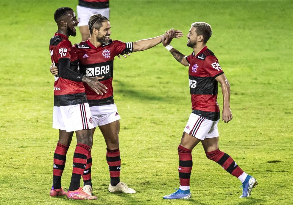 Diego, Gerson e Arrascaeta comemoram gol do Flamengo contra o Madureira — Foto: Marcelo Cortes/Flamengo