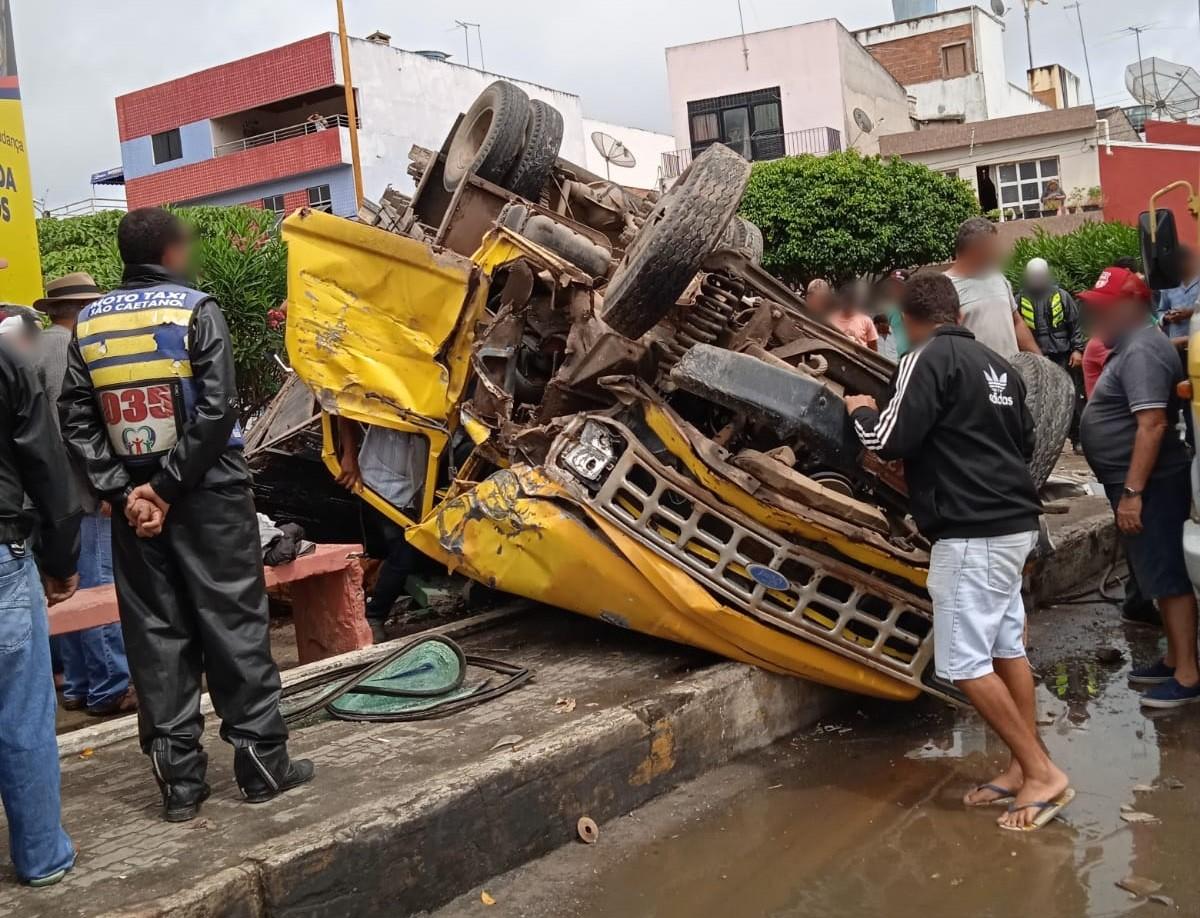 Caminhão carregado com bois capota no Centro de São Caetano
