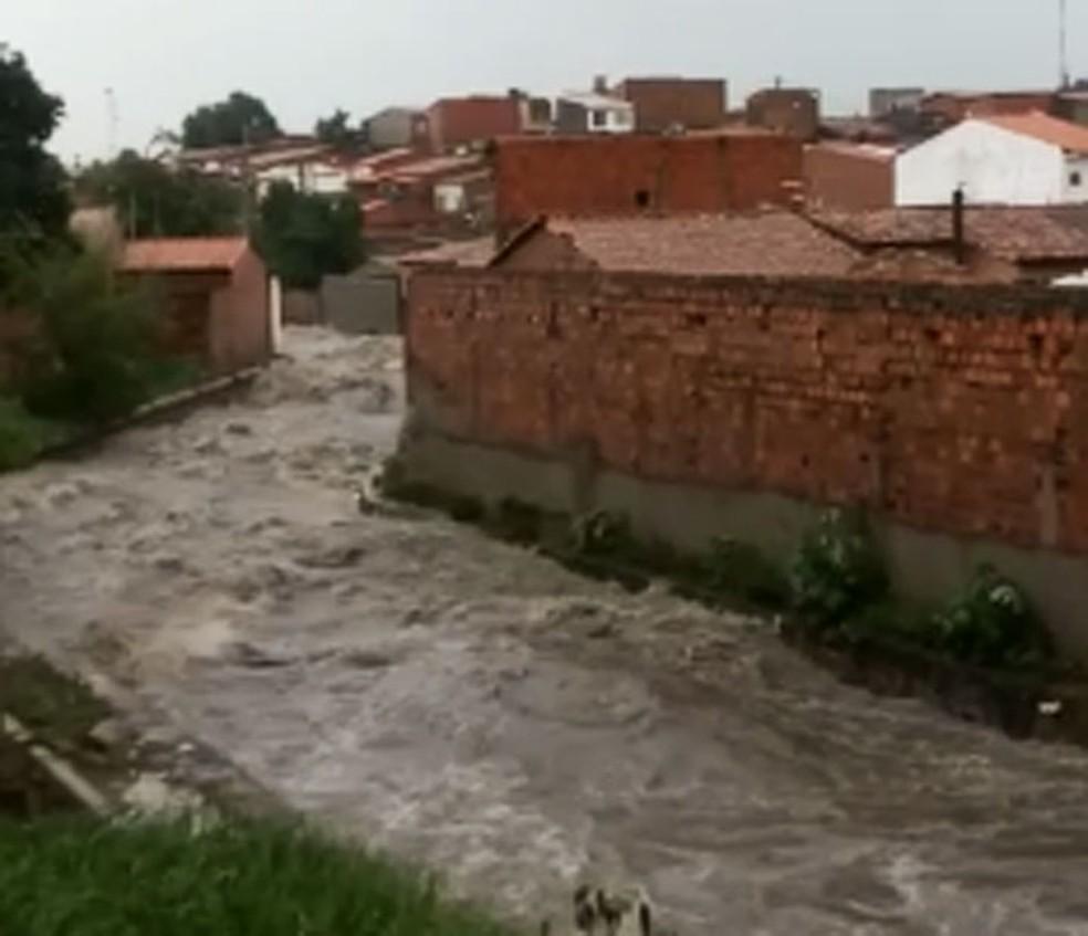 Córrego onde homem caiu e desapareceu, em Feira de Santana, neste domingo (26) — Foto: Divulgação/Corpo de Bombeiros de Feira de Santana