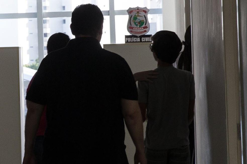 O filho de Jamile Correia, de 14 anos, esteve na delegacia para depor sobre a morte da mãe. — Foto: Camila Lima/Sistema Verdes Mares