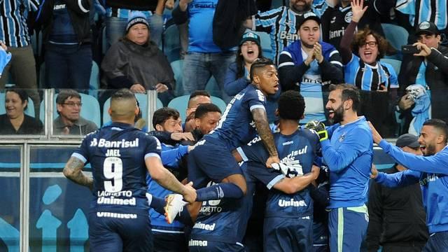 Grêmio atropela o Vitória e fica próximo dos líderes