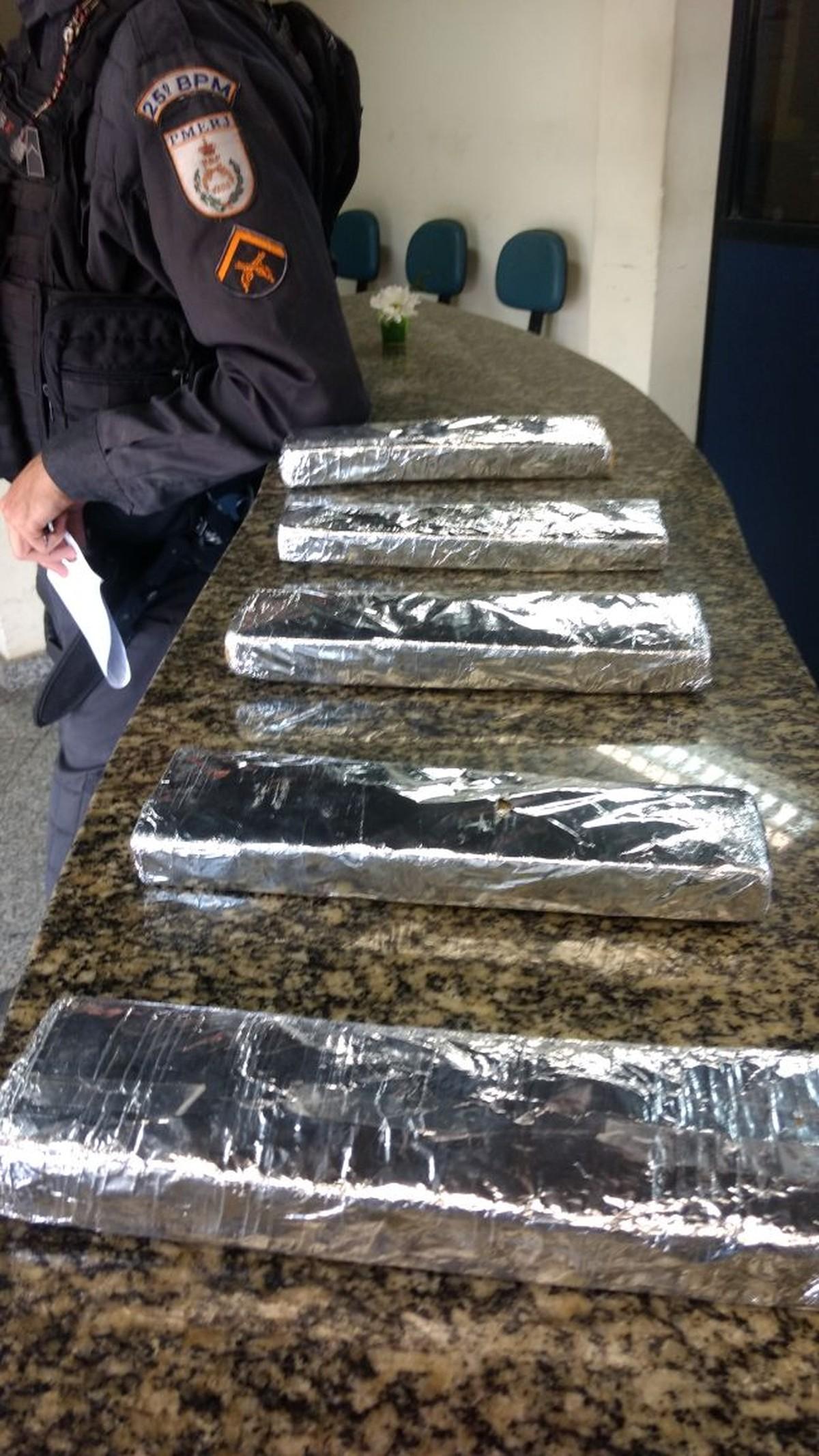 Policiais militares apreendem 5 kg de maconha em mata em Búzios, no RJ