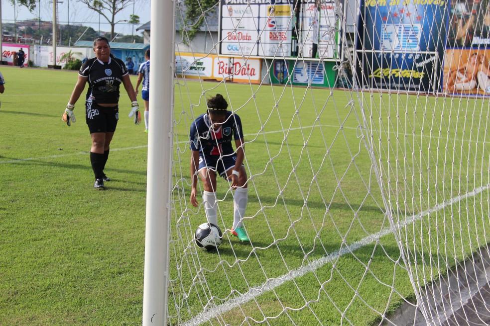 São Raimundo, da goleira ao fundo, com oito jogadoras em campo, perdeu por 29 a 0  para o 3B da Amazônia (Foto: Marcos Dantas)