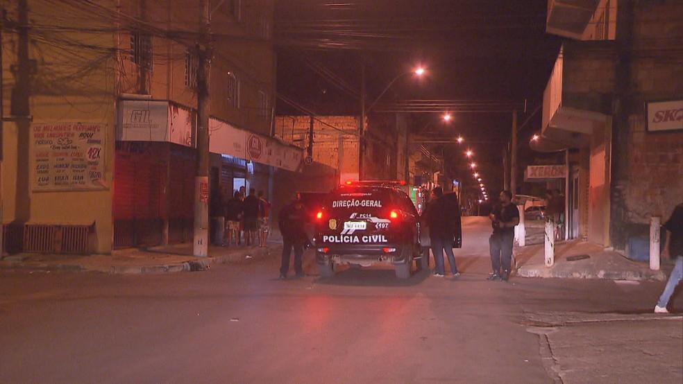 Polícia Civil faz perícia em bar em Planaltina, no DF, onde mulher morreu após ser esfaqueada por homem de 69 anos  — Foto: TV Globo/Reprodução
