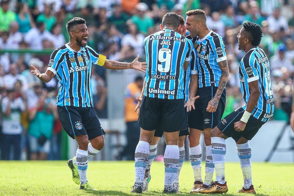 Jogadores cercam Ramiro para comemorar primeiro gol (Foto: Lucas Uebel/Divulgação Grêmio)