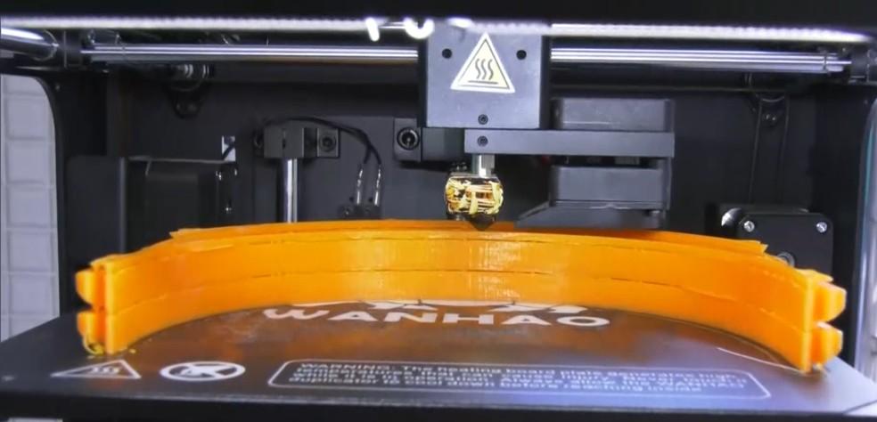 Pesquisadores usam impressora 3D para fabricar máscaras para profissionais da saúde em Campos, no RJ — Foto: Reprodução/Inter TV RJ