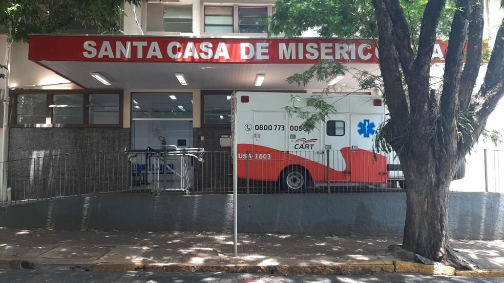 Os três feridos foram levados para a Santa Casa de Santa Cruz do Rio Pardo, mas um dos policiais não resistiu e morreu — Foto: Adolfo Lima/TV TEM