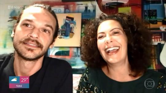 Emilio Dantas brinca sobre gravar série com Fabiula Nascimento: 'Achei que ia dar rolo'