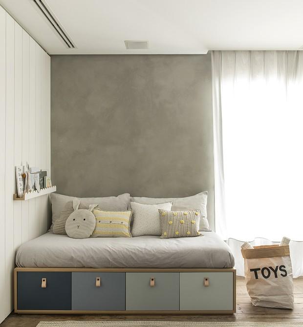Gavetões degradê abaixo do sofá-cama trazem beleza e são super úteis (Foto: Felipe Araújo)