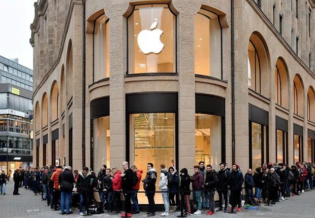 Fila em loja da Apple em Colônia, na Alemanha, para comprar o iPhone X (Foto: Sascha Steinbach/EFE)