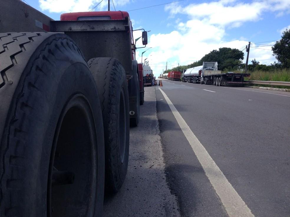 Caminhoneiros impedem que veículos de carga entrem no Porto de Suape (Foto: Wagner Sarmento/TV Globo)