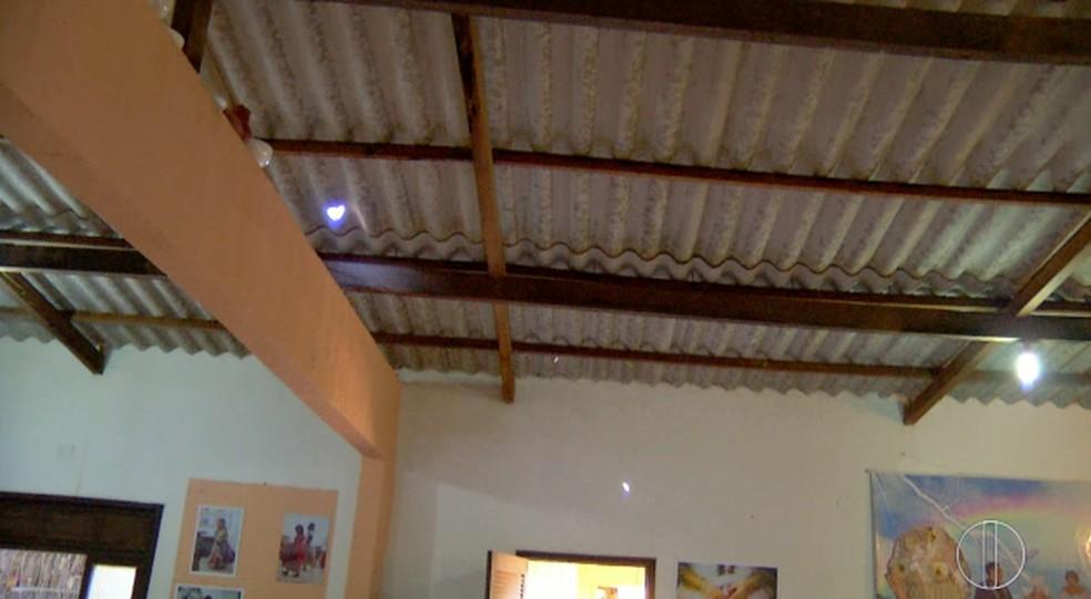 Vândalos arremessaram pedras e quebraram o telhado do terreiro (Foto: Reprodução/InterTV RJ)