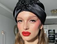 Maquiadora de Dua Lipa e Kendall Jenner ensina técnica de blush nas têmporas e lábios vermelhos