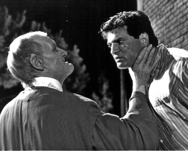 William Morgan Sheppard (esq) em  Elvira, a Rainha das Trevas (1988) (Foto: Divulgação)
