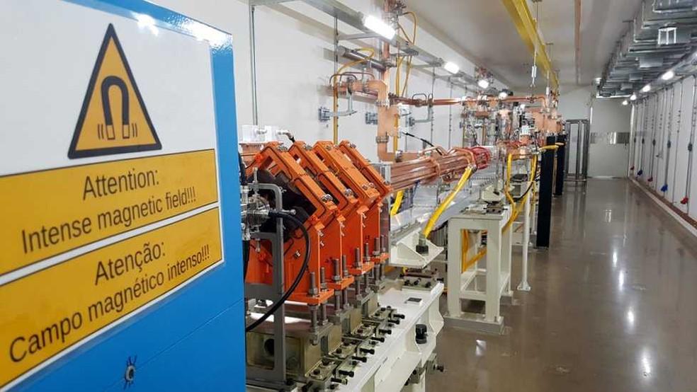 Primeira sala onde os elétrons são acelerados antes de serem guiados para o acelerador principal do Sirius — Foto: Felipe Souza/BBC News Brasil