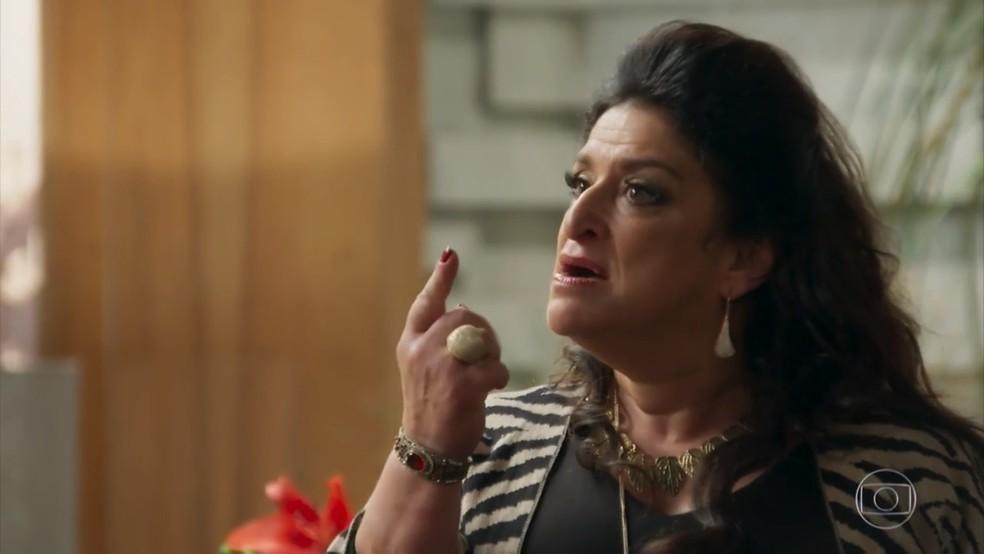 Teodora (Grace Gianoukas) se recusa a dar o divórcio - 'Haja Coração' — Foto: Globo