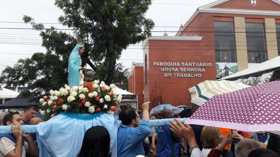 Fiéis levam imagem de Nossa Senhora até Santuário na Zona Norte de Porto Alegre (Foto: Tiago Guedes/RBS TV)