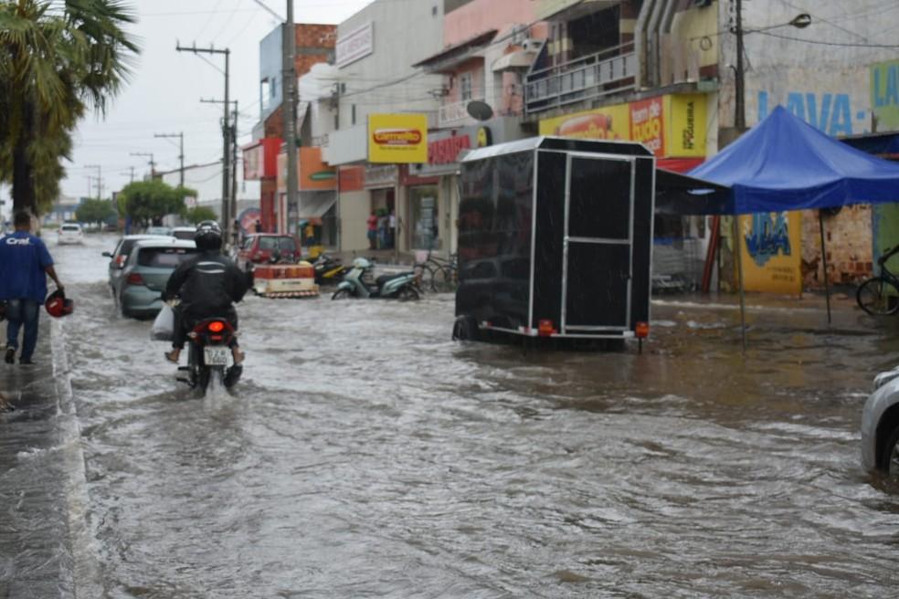Chuva deixou ruas alagadas em Ibotirama — Foto: Gazeta 5