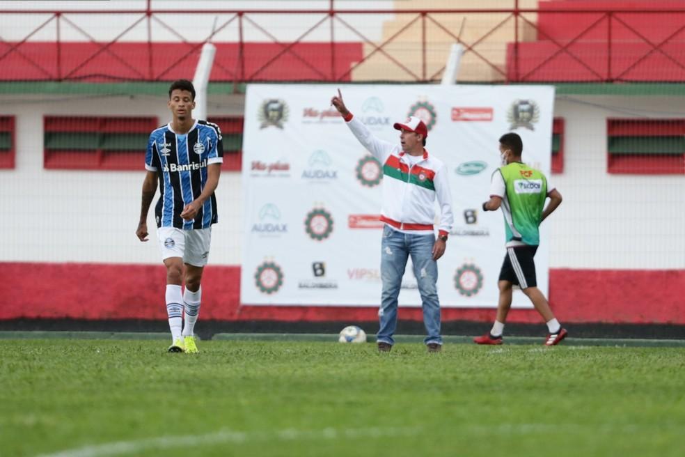 Paulo Baier comanda o Próspera durante a pré-temporada para a Série B do Campeonato Catarinense — Foto: Guilherme Hahn/MC10