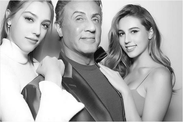 O ator Sylvester Stallone com as filhas, Sophia (21 anos) e Sistine (19 anos) (Foto: Instagram)