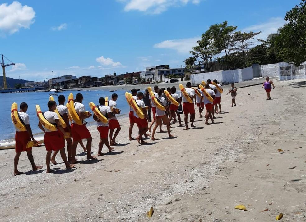 Cerca de 30 salva-vidas temporários integraram as buscas pelo menino — Foto: Divulgação/GBMar