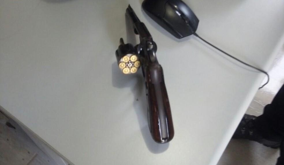 Revólver foi escondido por suspeita dentro de lixeira de cooperativa de crédito (Foto: Polícia Civil de MT/Divulgação)