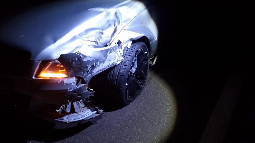 Motocicleta foi atingida na lateral por um carro — Foto: Polícia Rodoviária