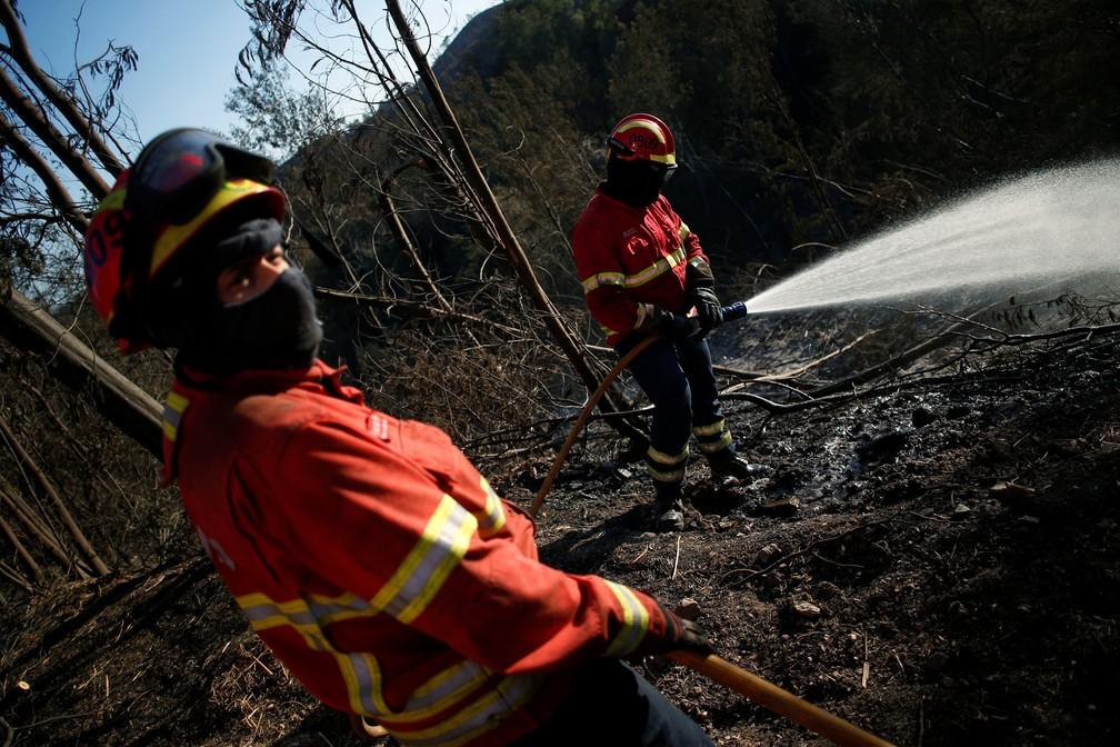 Bombeiros combatem incêndio entre Monchique e Silves, na região de Algarve, em Portugal, nesta sexta-feira (10)  (Foto: Pedro Nunes/ Reuters)