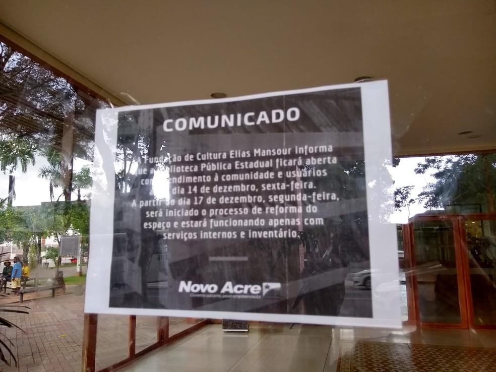 Comunicado afixado na porta de entrada da biblioteca anuncia fechamento do espaço em dezembro do ano passado   — Foto: Quésia Melo/G1