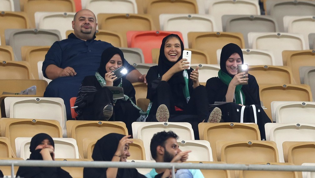 Mulheres assistem a jogo de futebol na Arábia Saudita pela primeira vez (Foto: AFP)