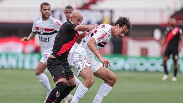 Dudu disputa bola com Igor Gomes em Atlético-GO x São Paulo