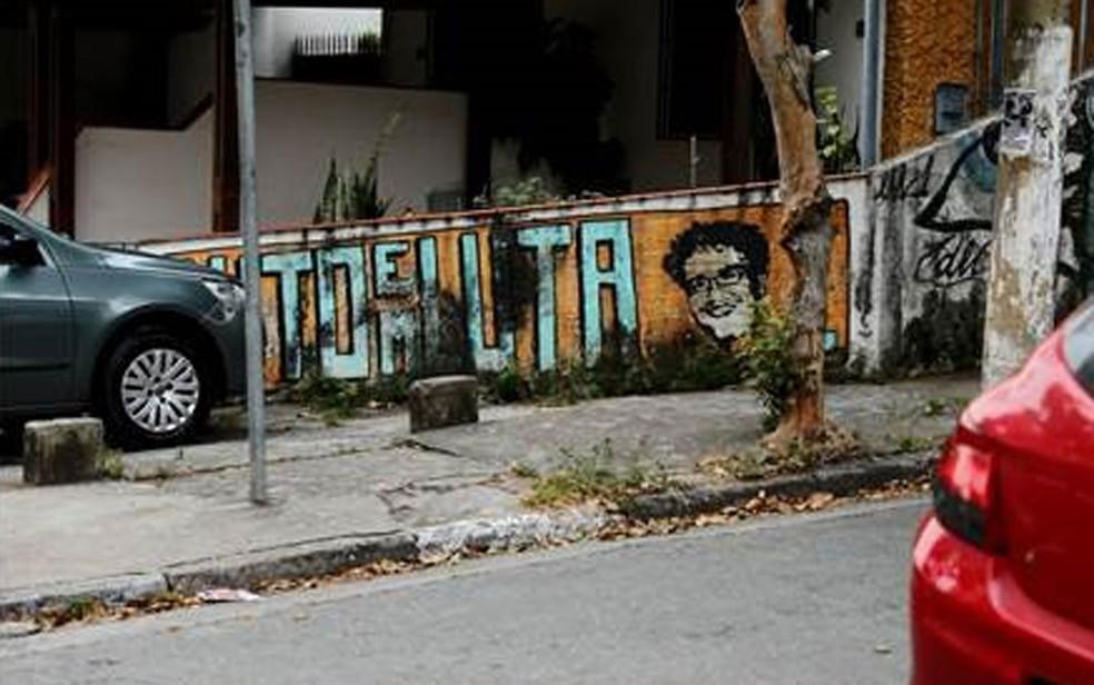 Nome do filme 'Luto em Luta' e rosto de Vitor Gurman foram pintados em muro de imóvel próximo à rua onde administrador foi atropelado e morto em 2011 (Foto: Marcelo Brandt/G1)
