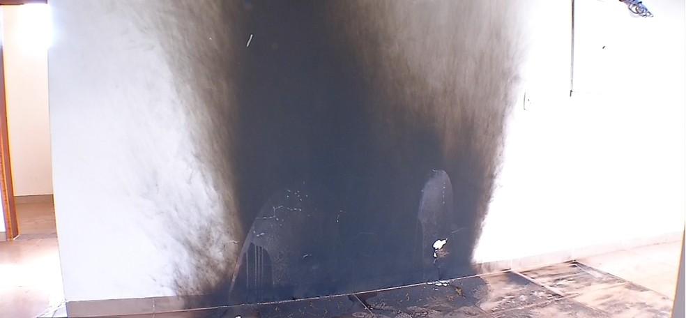 Vândalos também colocaram fogo na unidade — Foto: TVCA/Reprodução