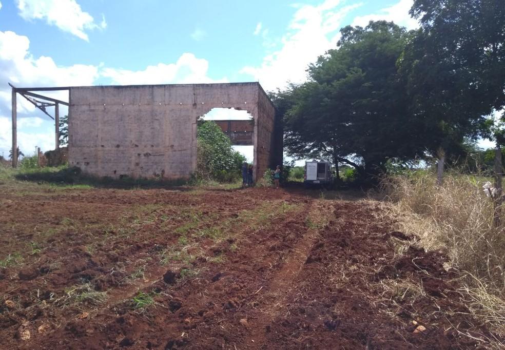 Construção abandonada onde o corpo de Taís Souza foi encontrado (Foto: Polícia Civil-MT)