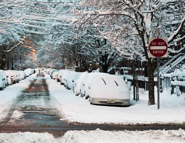 Carros ficam parcialmente cobertos pela neve após a tempestade em Jersey, Nova Jersey. (Foto: Eduardo Munoz/Reuters)