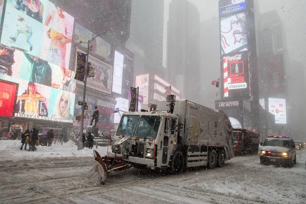 Caminhão limpa a neve sobre na Times Square, em Nova York, no dia 4 (Foto: AP Photo/Mary Altaffer)