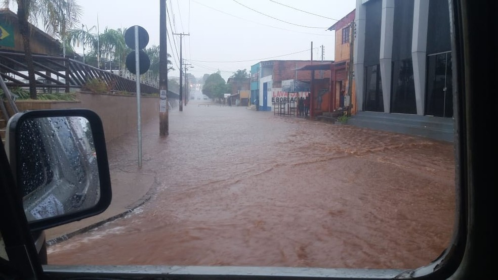 Ruas ficaram alagadas em Araguaína (Foto: Divulgação)