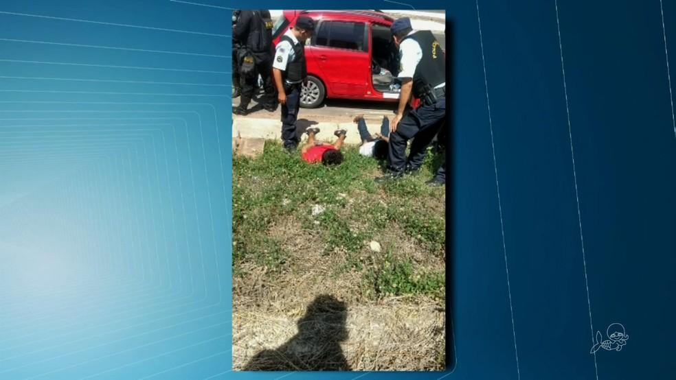 Polícia prende dois homens suspeitos de uma série de sequestros-relâmpago no interior do Ceará (Foto: TV Verdes Mares/Reprodução)