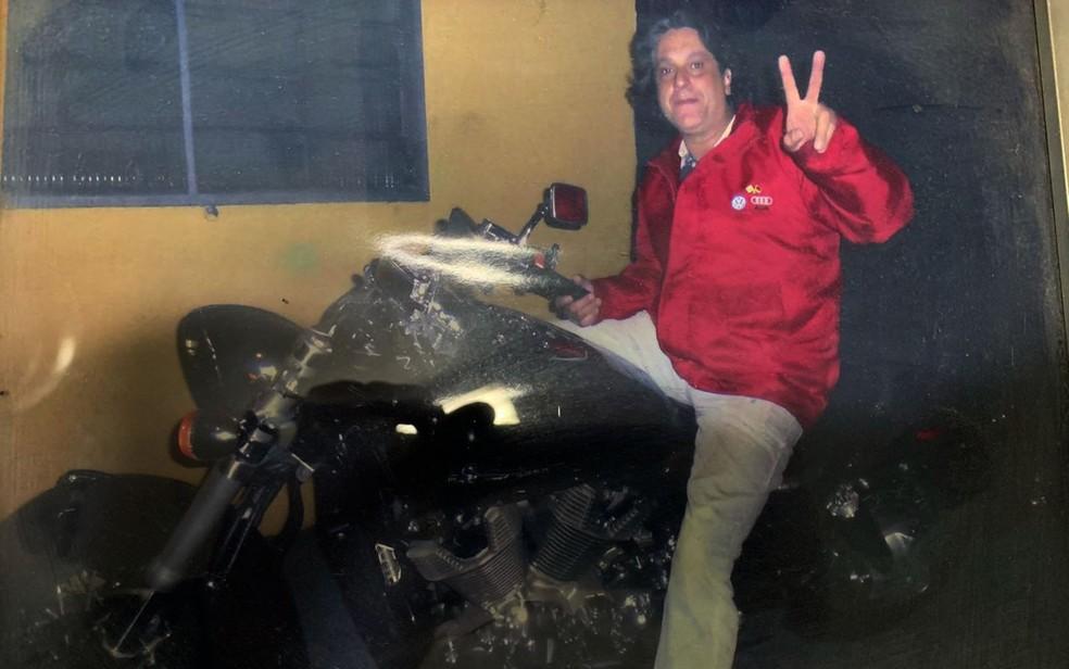 Paulo Cupertino Matias posa para foto em uma moto — Foto: Divulgação/Deic
