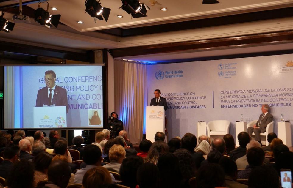 O diretor-geral da OMS e o presidente do Uruguai encerram a conferência de doenças não-transmissíveis (Foto: Reprodução/Twitter/OMS)