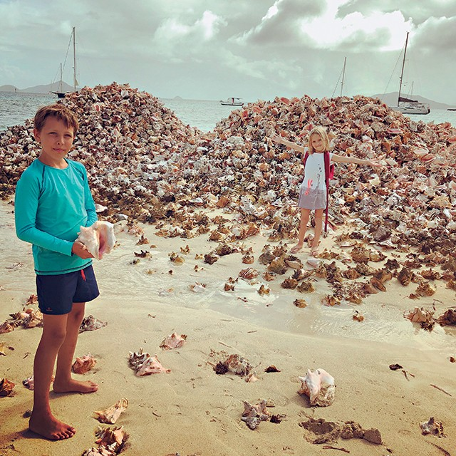 Tom e Sacha  (Foto: Tom, 10, e a irmã Sacha, 7, passaram seis meses no mar do Caribe com os pais , onde encontraram conchas gigantes como essas da ilha Union (Foto: Arquivo pessoal))