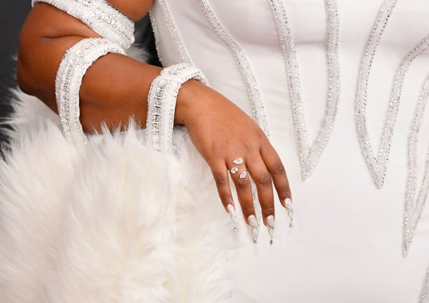 LOS ANGELES, CALIFORNIA - JANUARY 26: Lizzo, ring, manicure, purse, and fashion detail, attends the 62nd Annual GRAMMY Awards at STAPLES Center on January 26, 2020 in Los Angeles, California. (Photo by Frazer Harrison/Getty Images for The Recording Academ (Foto: Getty Images for The Recording A)