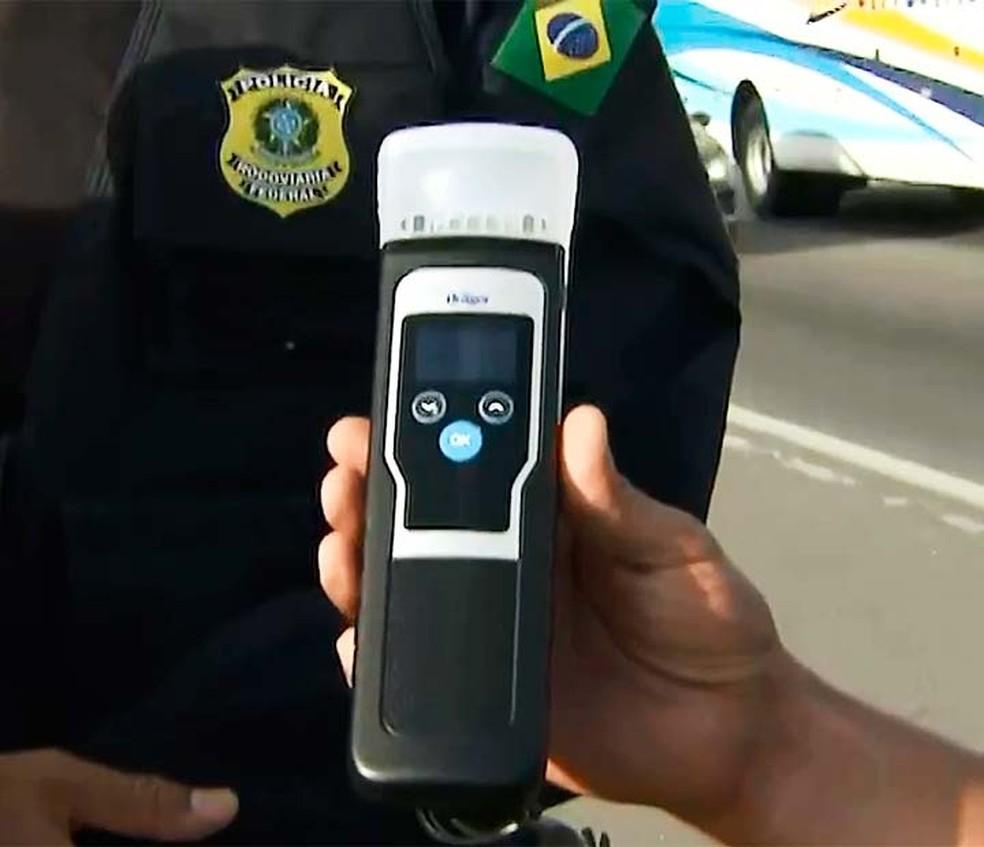 Bafômetro que identifica álcool no ar começa a ser usado pela PRF na Bahia nesta quinta-feira — Foto: Reprodução/TV Bahia