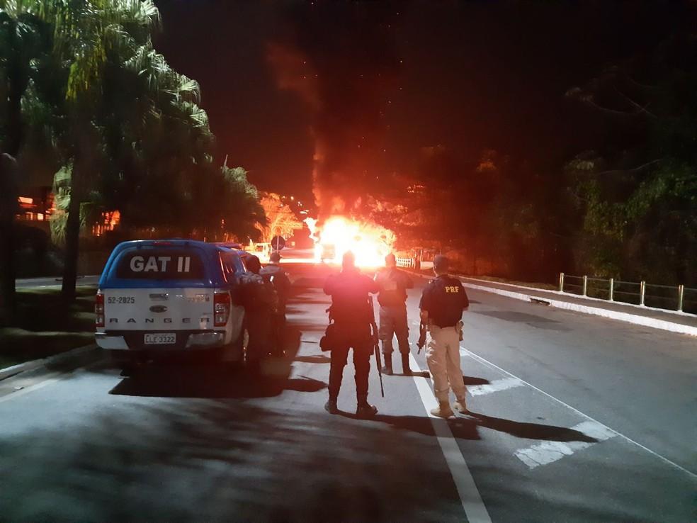 Ônibus incendiado na Rio-Santos, em Angra — Foto: PRF
